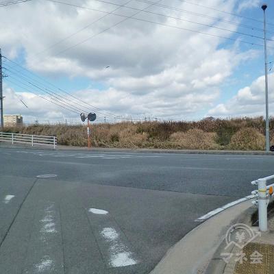 川の堤防沿いの道に突き当たりますので、左折します。