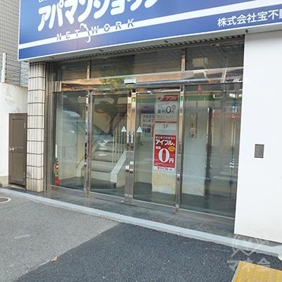 入り口はビルの左側にあり、プロミスは2階にあります。