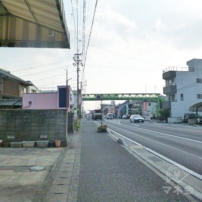 大通り沿いを300mほど直進します。