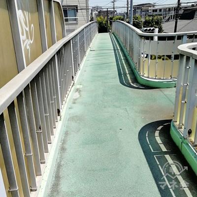 直進して、先にある階段を下ります。