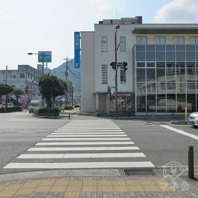 門司駅前西交差点を渡り、福岡銀行側へ行きます。