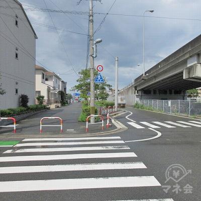 再び横断歩道を渡り、直進します。右手には高架があります。