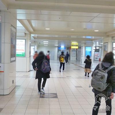 改札を抜け、駅構内を直進します。