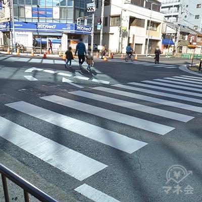 交差点は歩車分離式です。横断歩道を渡ってプロミスのビルに到着です。