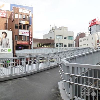歩道橋に直結しています。この歩道橋を進みます。