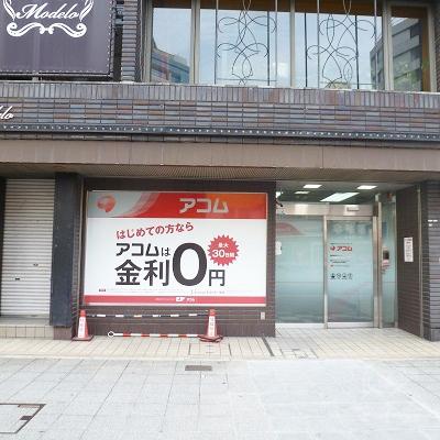 ビル1階、歩道に面した店舗です。