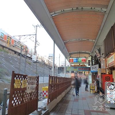 左手にはJR大阪環状線の電車が走っています。