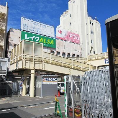 駅外右斜め前に看板が確認できますが、こちらに入口はありません。
