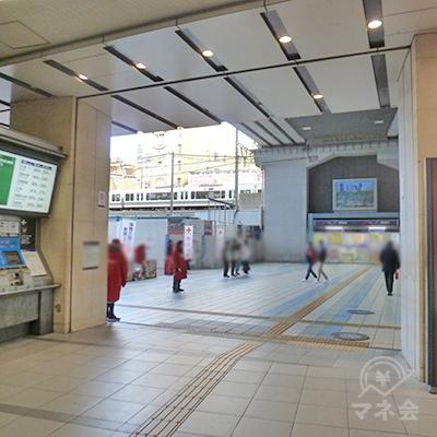 京阪電車の切符売り場を過ぎたら、駅ビルを出て左折します。