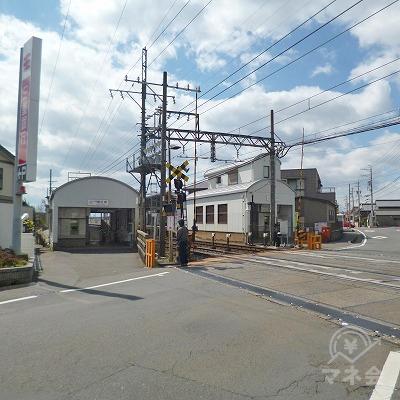 上下線の改札口が、線路を挟んで並んでいます。