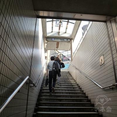 3番出口への通路、及び階段で地上に上がります。