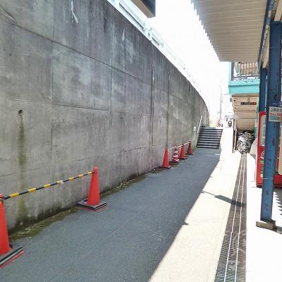 改札を抜けたら、駅前の細い道を右方向へ100mほど進みます。