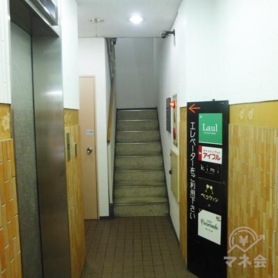 奥にエレベーターがあります。3階にお上がりください。
