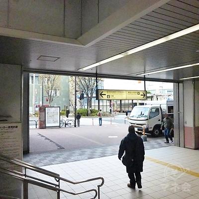 改札を出て右に進みすぐ右手にある西口階段です。西口階段を地上に降りた場所です。
