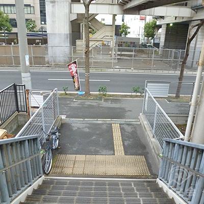 階段を下りると左右に延びる歩道があるので、左に進みます。