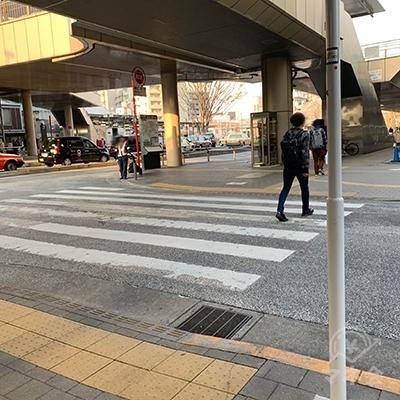 右手の横断歩道を渡ります。