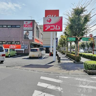 ラーメン「来来亭」の前にある信号を渡り、右に曲がりましょう。