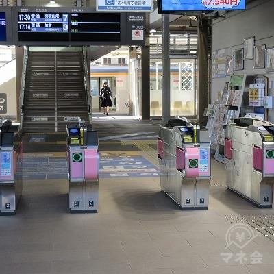 途中、南海電鉄和歌山市駅改札を背に進みます。