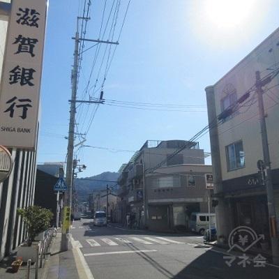 左手の滋賀銀行を超えたら横断歩道を渡ります。