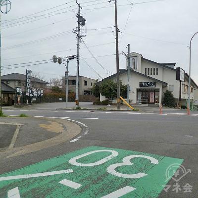 大通りとの交差点を左折してください。