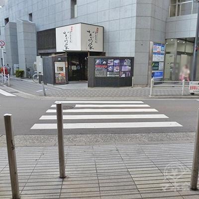 「成城石井」前で右の横断歩道を渡り、渡った後右折します。