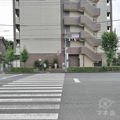 突き当たりの交差点です。信号を渡り、左の道を歩きましょう。