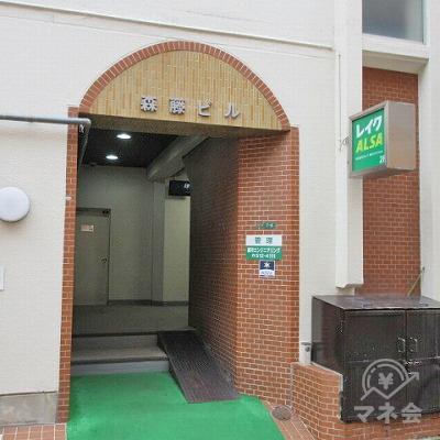 建物の側面に建物入口があります。