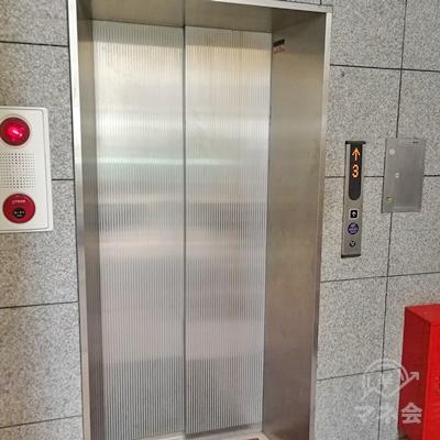 エレベーターで2階に行きましょう。