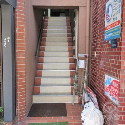 建物にむかって右手の階段で2階にあがります。