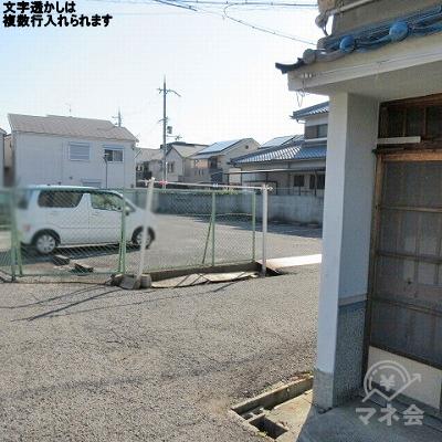 正面に駐車場が見えたら、右に曲がり道成に進みます。