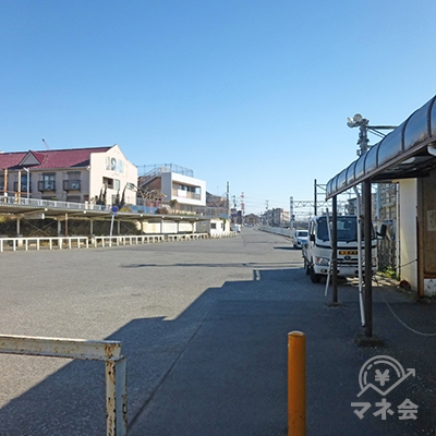 競馬開催日はバス乗り場ですが、日ごろは歩いて構いません。