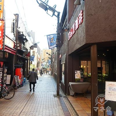 吉野家から始まる路地を進みます。