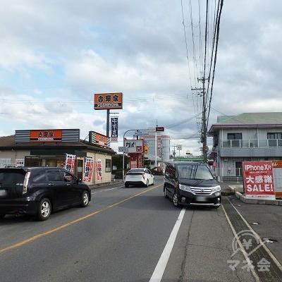 吉野家を過ぎる辺りで、正面に「プロミス」の青い看板が見つかります。