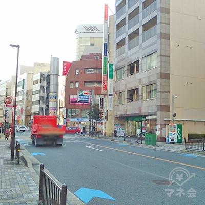 左に進み野村證券前の交差点を横断し、Uターンします。