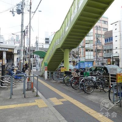 駅から外に出ると歩道があります。左折し歩道を進みます。