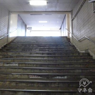 階段を上り、地上へ出てください。