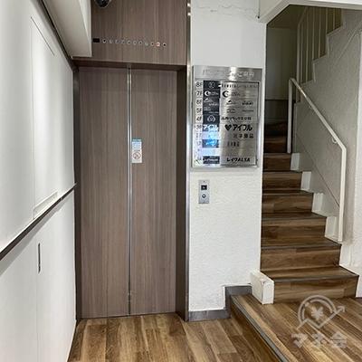 エレベーターまたは階段で3階に上がってください。