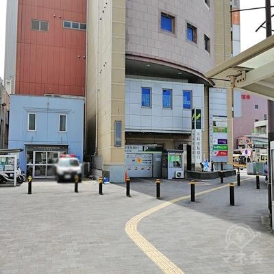 上った先の風景です。手前に警察署があり、右の建物が目的地です。
