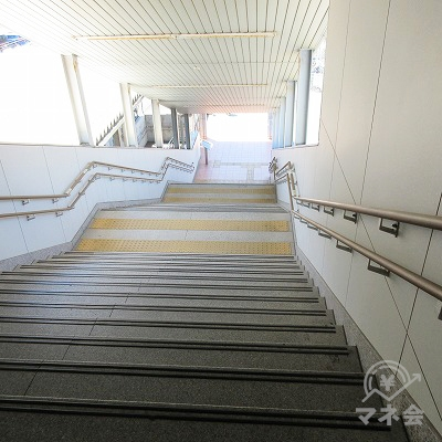 階段を下り、西口へ行きます。