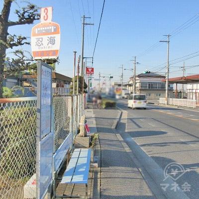 奈良交通のバス停(忍海)を通過します。