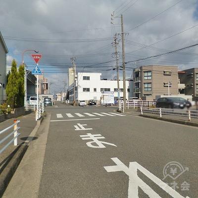 ロータリーの先にある「止まれ」の交差点を右折してください。