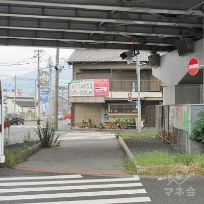 そして寺迫口交差点の横断歩道を渡り、高架を潜ります。