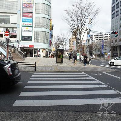 左折し横断歩道を渡ったら、そのまま直進します。