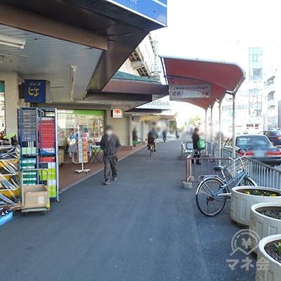左に店舗、右にタクシー乗り場がある歩道をそのまま直進。
