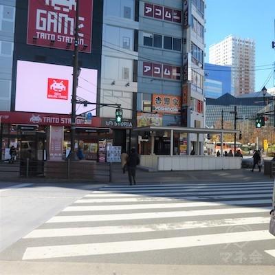 短い横断歩道を渡るとビルの前です。