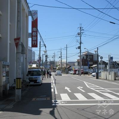 途中、左手に南都銀行を通過します。
