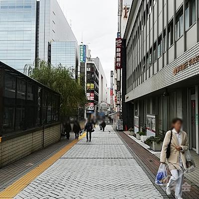 静岡銀行の前を通りすぎます。