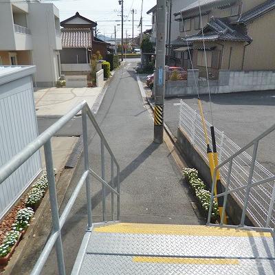 下りホームの中ほどにある小さな階段から駅を出てください。