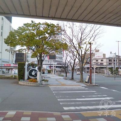 外に出たら、横断歩道を渡って駅前ロータリーを横切ります。
