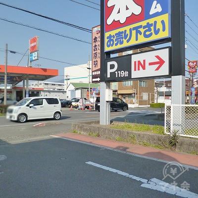 大通りとの交差点を右折してください。